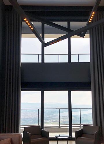 Yüksek Tavanlı Galeri Perdeleri